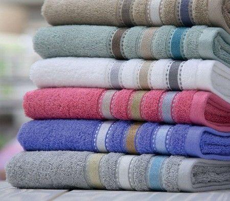 Πετσέτα ζακάρ  από 100%βαμβάκι  σε μονόχρωμα χρώμα όπου στο τελείωμα του  σχηματίζει μπορντούρα από λεπτές ανάγλυφες ρίγες σε απαλές αποχρώσεις.