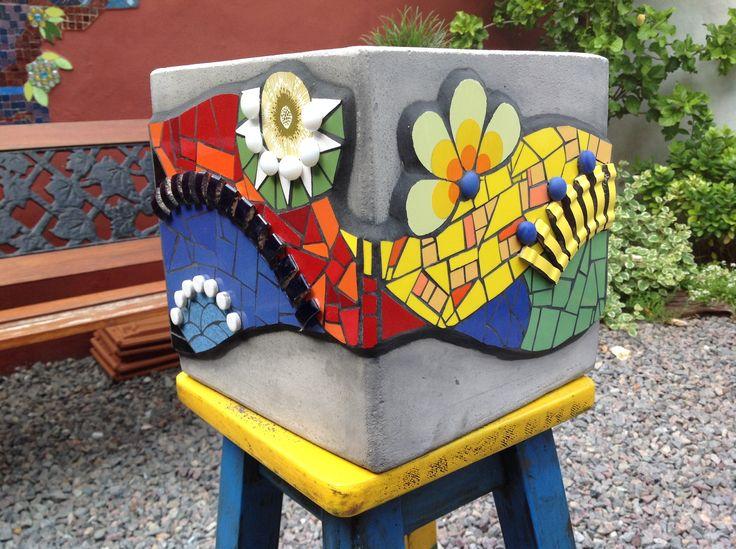 Maceta decorado con azulejos y gemas.