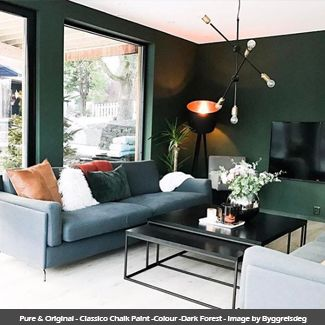 Classico Chalk Paint wall in the colour - Dark Forest - Image by Byggreisdeg #darkforest #pureandoriginal #naturalpaint #natural #paint #chalkpaint #classico #interiordesign #interiorpaint #interiordesign #interiorinspiration #decorating #painting #vocfree #nontoxic