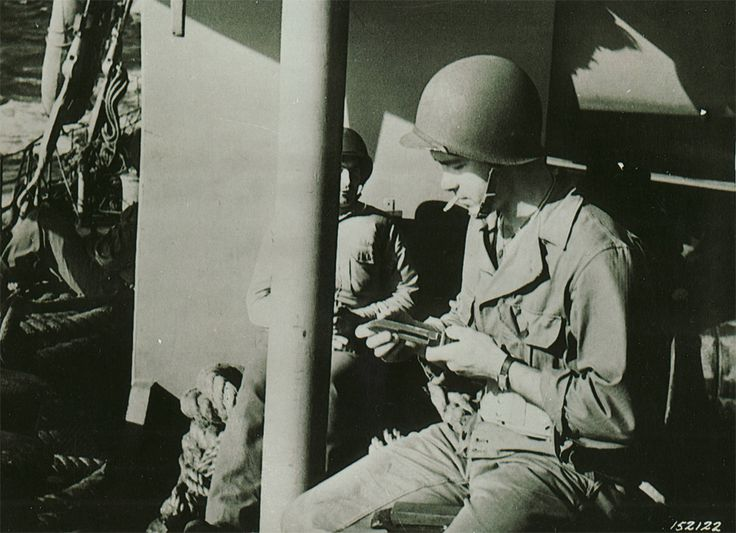 Le son dur d'acier sur la pierre à aiguiser pouvait entendre tout au long les convois comme soldats mis un avantage sur leurs baïonnettes et couteaux de tranchée lors du passage au Maroc et en Algérie. Cette photographie a été prise le 7 novembre 1942, veille de l'invasion.