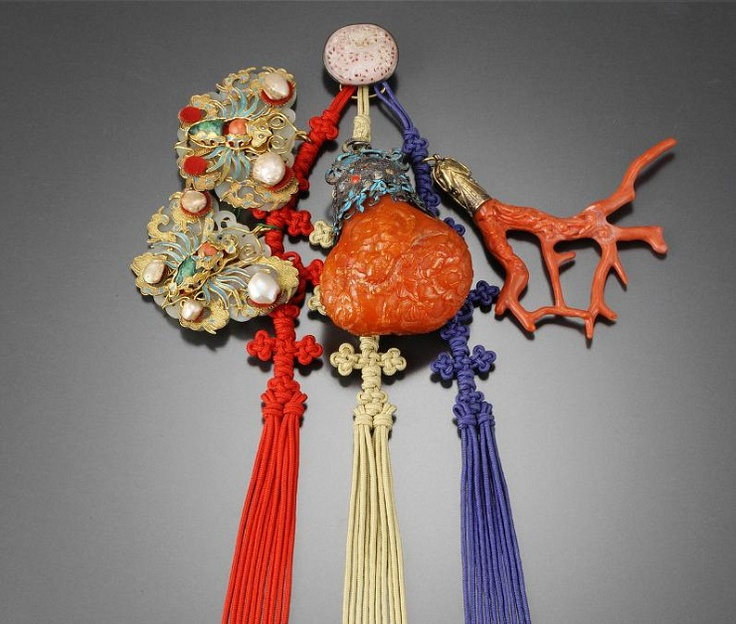 Relics of the king Young-chin's family : Sam-jak-norigae 삼작노리개 Only a married woman of the royal family can sew this kind of norigae on her hanbok.