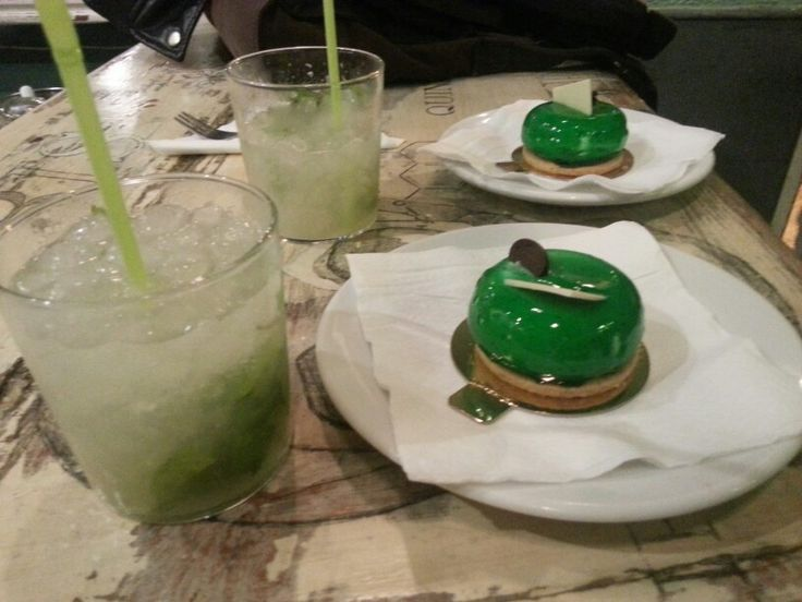 Cocktail with cake: Classic Mojito by El Laboratorio and not at all classic Pastel de Mojito by Crème Brûlée.