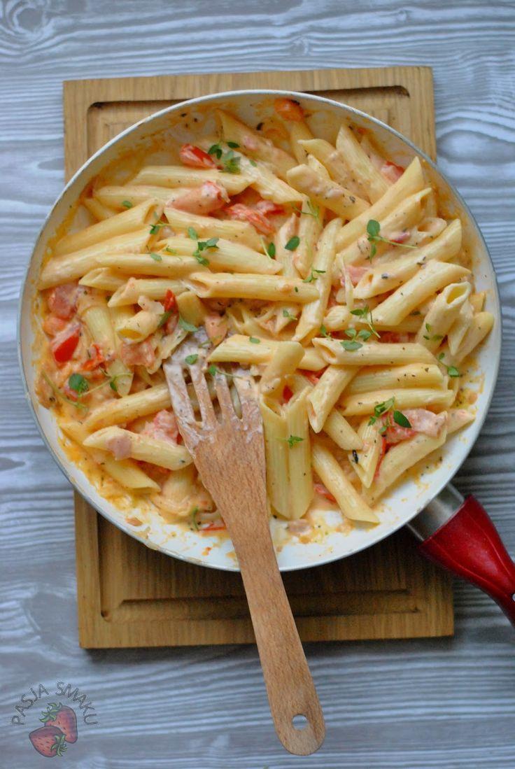 Makaronowa patelnia to świetny pomysł na szybki obiad. Połączenie składników przywołuje na myśl letnie popołudnia, pełne słońca i zapachu świeżych ziół. Macie ochotę na takie obiad? Ja bardzo!