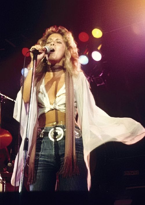 a great photo of Stevie onstage just after she signed up with Fleetwood Mac on New Year's Eve, 1975; she's wearing jeans with a large statement belt and het floaty top is tied about the waist, exposing a bit of belly; her light brown fringed scarf is tied around her neck ~ very Stevie-like ~ ☆♥❤♥☆ ~ http://fmfanuk.tumblr.com/?og=1