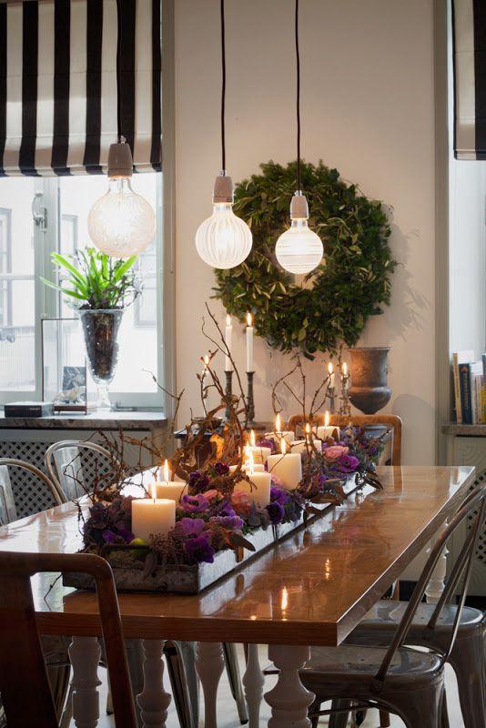 stroik ze świec, kwiatów i gałązek