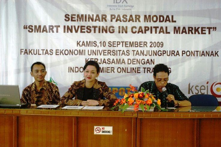 Friderica Widyasari Dewi di acara seminar dengan mahasiswa