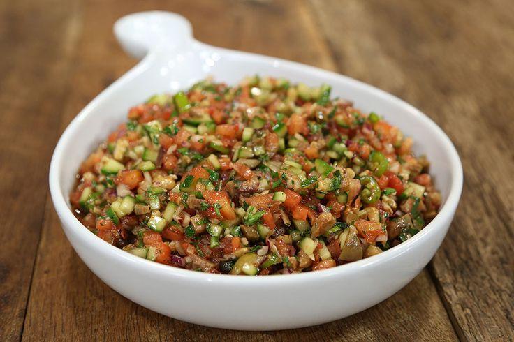 Zeytinli Kaşık Salatası Malzemeleri 4 adet domates – soyulmuş, çekirdekleri çıkartılmış ve küçük küp doğranmış 4 adet sivri biber – ince kıyılmış 2 adet salatalık – soyulmuş küçük küp doğranmış 1 adet kırmızı soğan – soyulmuş ve yemeklik doğranmış 10-15 dal maydanoz – ince kıyılmış 1 avuç yeşil zeytin – çekirdekleri çıkartılmış ince kıyılmış 1 avuç ceviz - dövülmüş  Sosu için Malzemeler Tuz Zeytinyağı Narekşisi limon 2 diş sarımsak Pul biber  Salata için olan tüm malzemeleri mümkün…