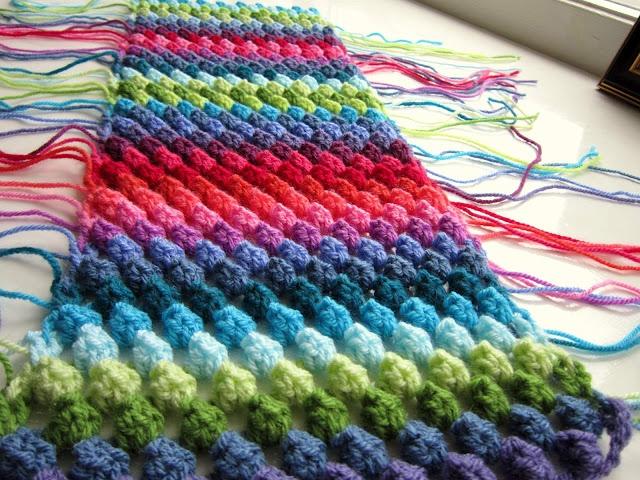Speaking of the popcorn stitch...  tuto : granny bobble stripe