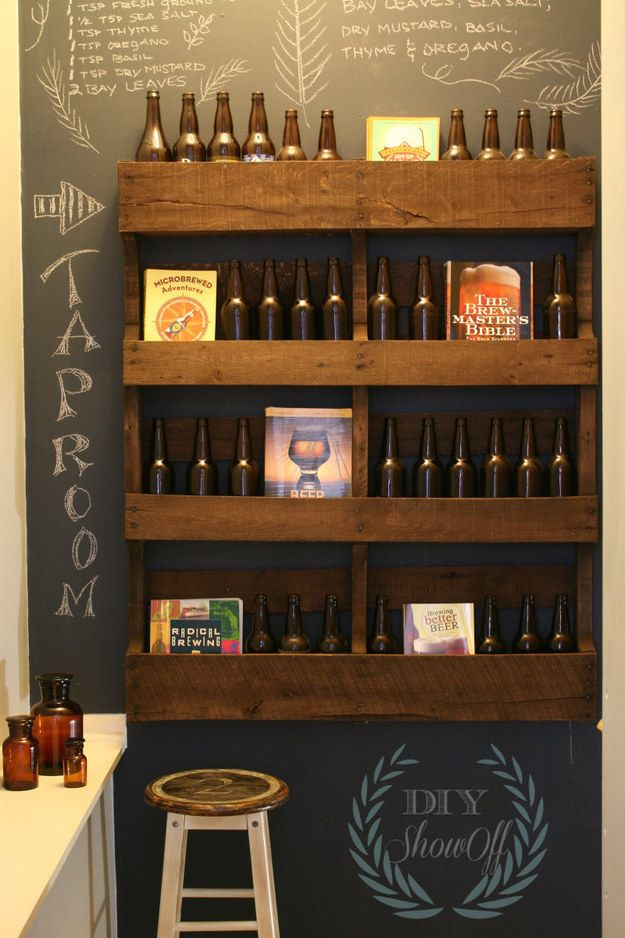 Exiba sua cerveja em uma estante, de madeira pintada.
