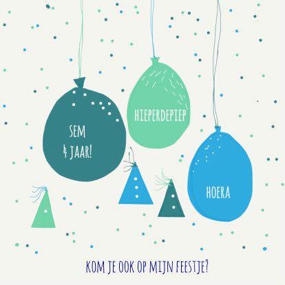 Vrolijke uitnodiging voor een jongenskinderfeestje met blauwe ballonnen, feestmutsjes en confetti, verkrijgbaar bij #kaartje2go voor €10,95