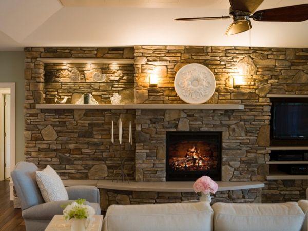 Wandgestaltung Wohnzimmer Steinpaneele Regale Leuchten Kamin