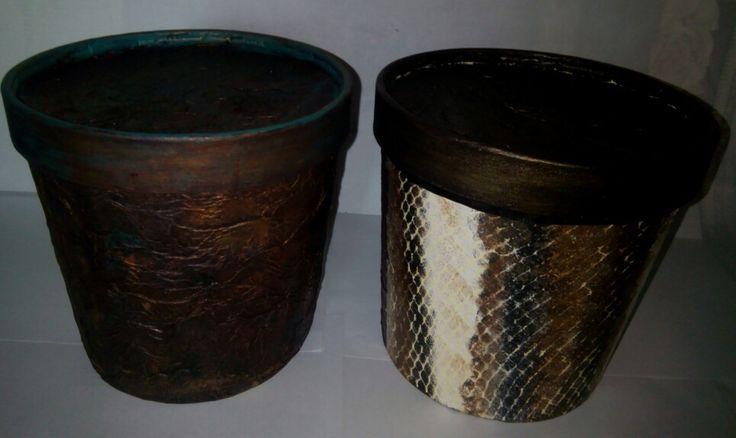 Cajas de cartón  decoradas con falsos acabados: imitaciones de cuero.