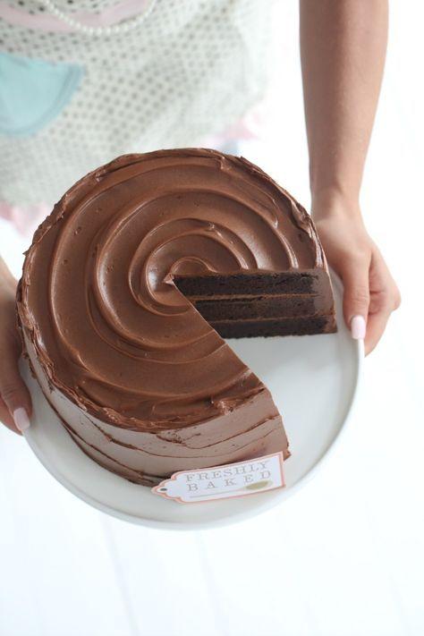 Er det noe jeg elsker er det sjokoladekake, og aller helst høye kaker! Denne sjokoladekaken har jeg toppet med en deilig karamellfrosting. Lykke til!