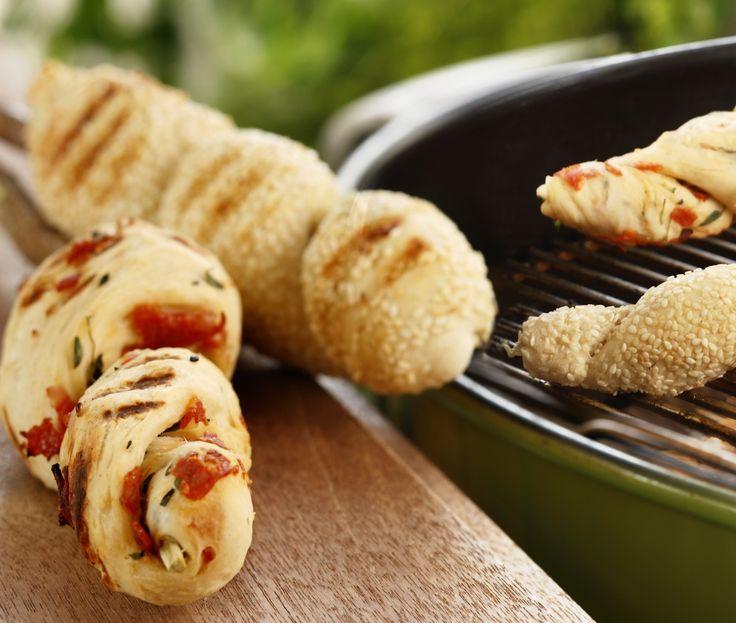 Pinnebrød er hvetedeig du surrer rundt en pinne og steker på grill eller på bål som turmat. Her er en gourmetvariant med chorizopølse og basilikum.