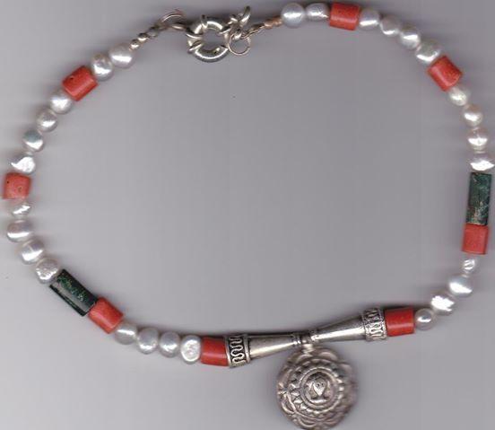 collana con perle di fiume, malachite e ciondolo in argento