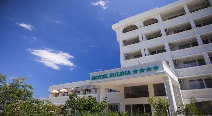 Hotel Sulina Mamaia a fost renovat in anul 2016 si clasificat la 4 stele, este amplasat la 50 m de plaja, in centrul statiunii, aproape de Aqua Magic, Satul de vacanta, Tegondola, Teatru de Vara.