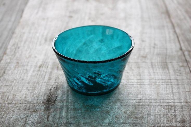 小谷ブルーと呼ばれる倉敷ガラスの美しい青の小鉢 おそうめんを頂くのにぴったりのサイズ感です。もちろんアイスクリームやかき氷、付け合わせにも素敵ですね。 手に持った時のおさまりは女性でも男性でも手に馴染みます。  手吹きガラスによる絶妙な気泡やガラスの筋は、さらに愛着が湧く事でしょう。 素材としてのガラスの美しさ。モールが作り出す光の屈折。 どうぞ存分にお楽しみ下さい。 #倉敷ガラス #ガラス #食器 #glass #kurashiki #japan #小谷栄次