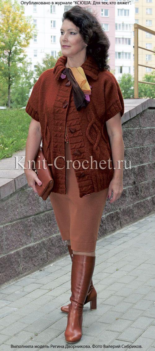 Женский жакет без рукавов размера 50-52, связанный на спицах.