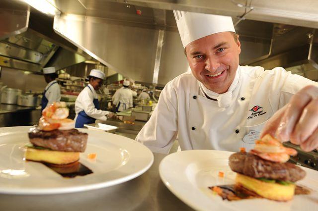 Marea Britanie caută 50 de bucătari, contracte plătite regeşte şi cursuri de pregătire profesională