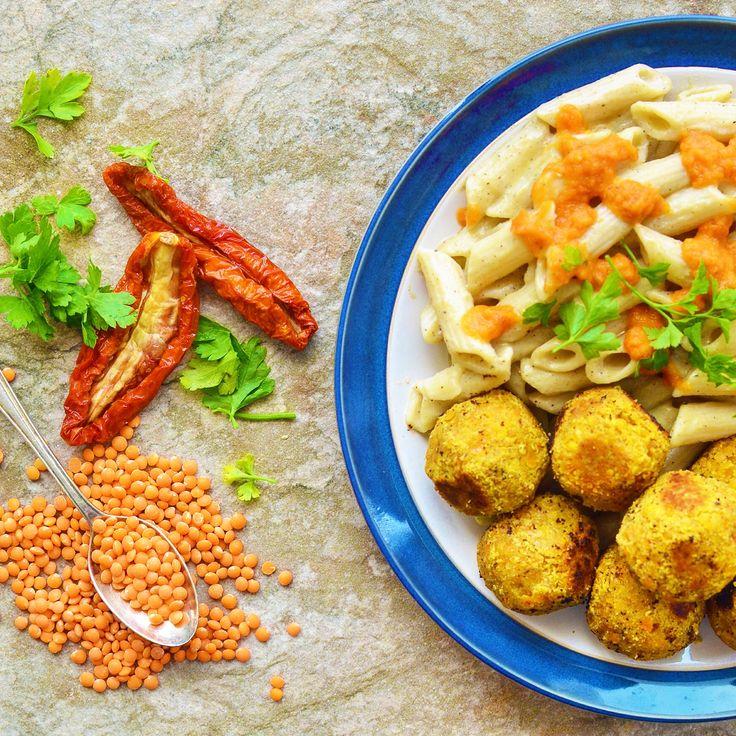 Linsbullar med stuvad pasta och het tomatketchup! Receptet finns i meny 29. 😊  www.allaater.se