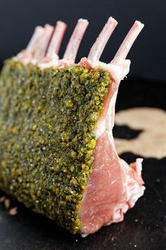 Carré d'agneau en croûte de pistache, jus glacé à l'orange et au thym | La cuisine de Josie