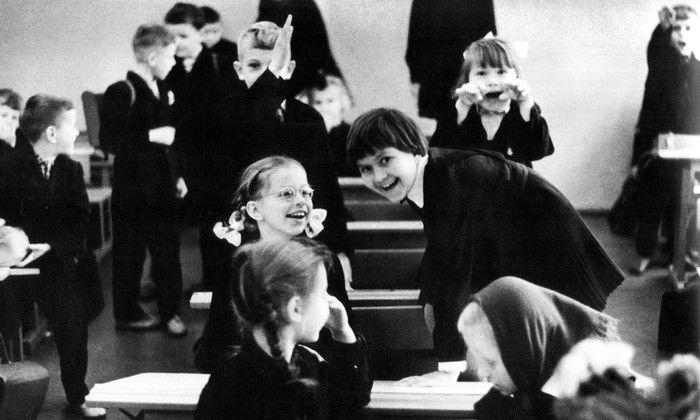 Школьники во время перемены. СССР, Москва. 1970 год.