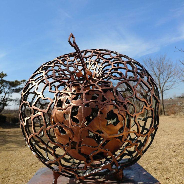 """좋아요 82개, 댓글 2개 - Instagram의 #조각#art#sculpture#전용환(@transforming_cycles)님: """"#조각 #sculpture #전용환 #jeonyonghwan #apple #공간 -하나로부터#copper#동#가을하늘같은 초봄#From one space to the next."""""""
