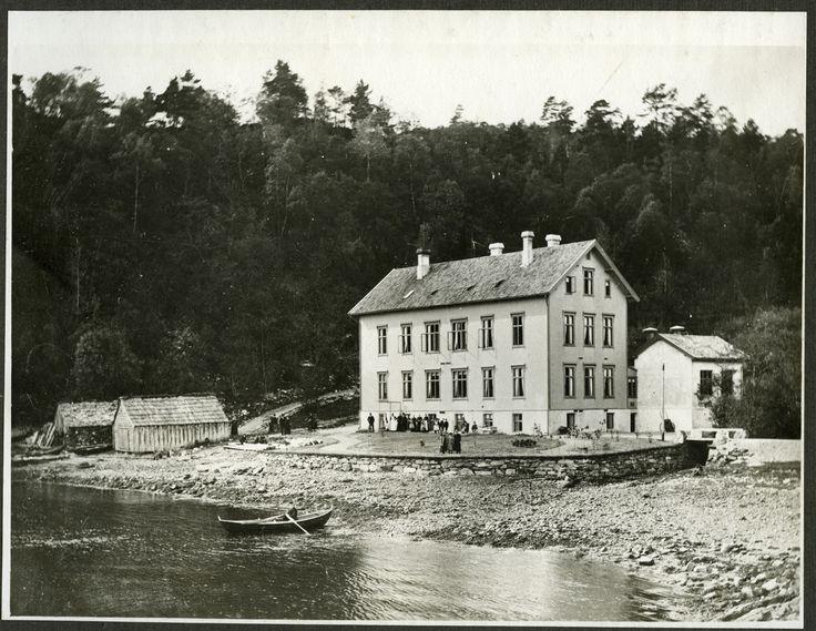 Bilder fra Kysthospitalet i Hagevik, som frem til 1972 var sykehus for tuberkuløse barn. Bildene finner du i Arkivverkets...