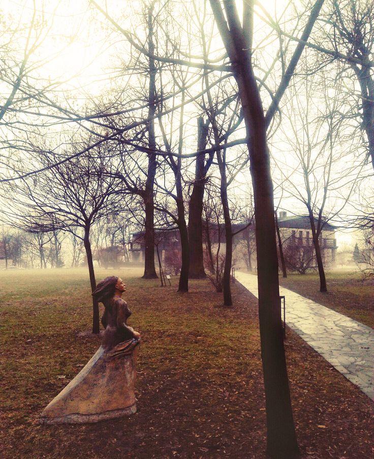 Dwór w Tomaszowicach - zamglona Oranżeria :) #DworTomaszowice #hotelkrakow #HotelPodKrakowem #Oranżeria #TheOrangery #VisitPoland #VisitKrakow #VisitMalopolska #PolishManor #Park #Sculpture #HotelWithArt
