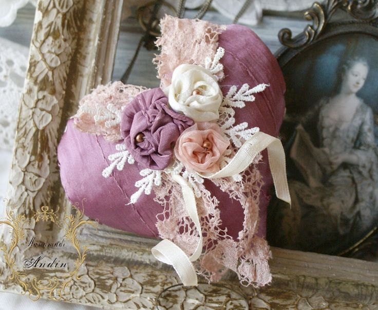 Krajkové srdíčko Shabby Chic Srdíčko v jemných barvách růžové, ostružinové a smetanové. Použity jsou různé krajky a korálky a tři textilní růžičky Průměr 10 cm