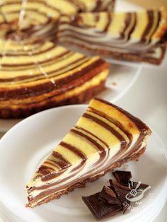 CHEESECAKE VARIEGATO YOGURT E CIOCCOLATO Ci sono dolci che sembrano quadri. Questo, con le sue sfumature geometriche, è così bello che dispiace affondarvi il cucchiaino. Ma chi riesce a resistere? #Yogurtcheesecake #chocolatecheesecake #cheesecakealcioccolato
