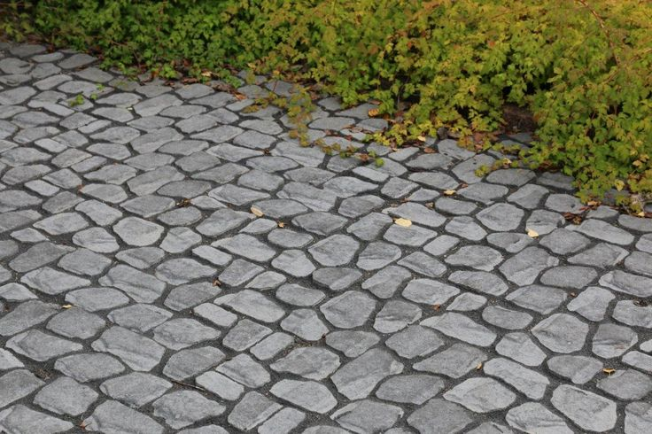 Louhikivi, musta, saumattu mustalla Grepur 294UV sauma-aineella. www.rudus.fi/pihakivet