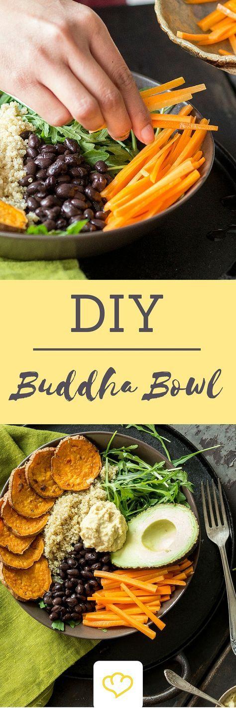 Was Buddha Bowls sind? Die kurze Erklärung: Eine Schale prall gefüllt mit nahrhaften, warmen und/oder kalten Zutaten, die Lust auf bewussten Genuss machen. Der köstliche Inhalt wölbt sich wie ein kugelrunder (chinesischer) Buddhabauch aus der Schale hervor.
