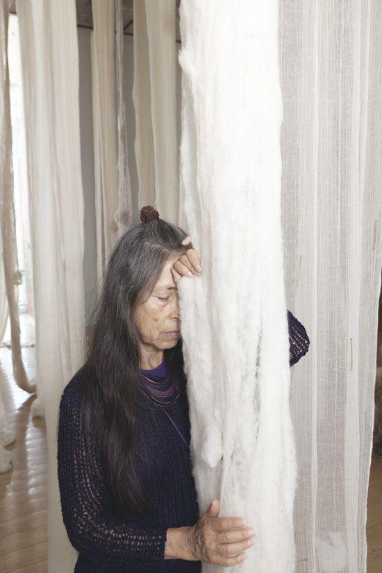 """Cecilia Vicuña. El Quipu de los Lamentos: """"Oír lo no oído/ el sufrimiento de los desaparecidos""""."""