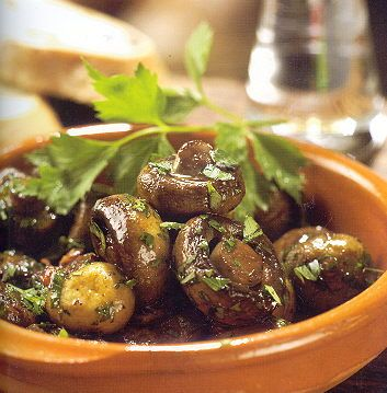 Champignons gebakken in veel knoflook en kruiden-450 gr Champignons 5 el Spaanse olijfolie 4 teentjes knoflook, fijngehakt scheutje vers citroensap zout en peper 4 el fijngehakte verse bladpeterselie