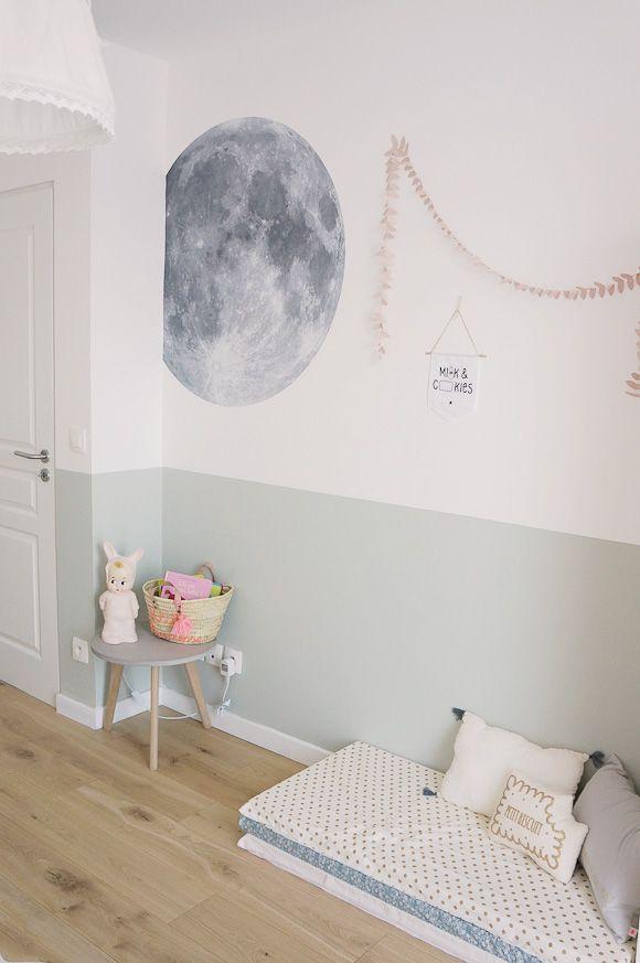 Une peinture grise bleue qui décore une chambre de fille, une belle idée