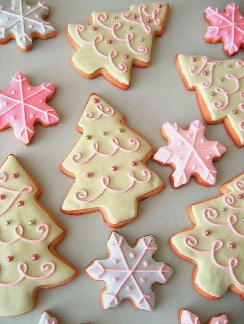 A noël, les biscuits sont incontournables......     la recette de base est ==> ici <==     Pour la décoration faites un glaçage royal en ...