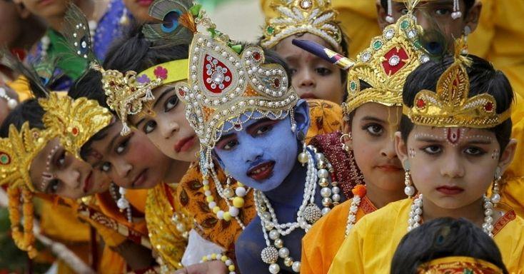 Alunos vestidos como o deus hindu Krishna se prepararam para celebrações do festival Janmashtami em Chandigarh, na Índia. O festival, que marca o aniversário de nascimento de Krishna, será celebrado em todo o país no sábado (5)