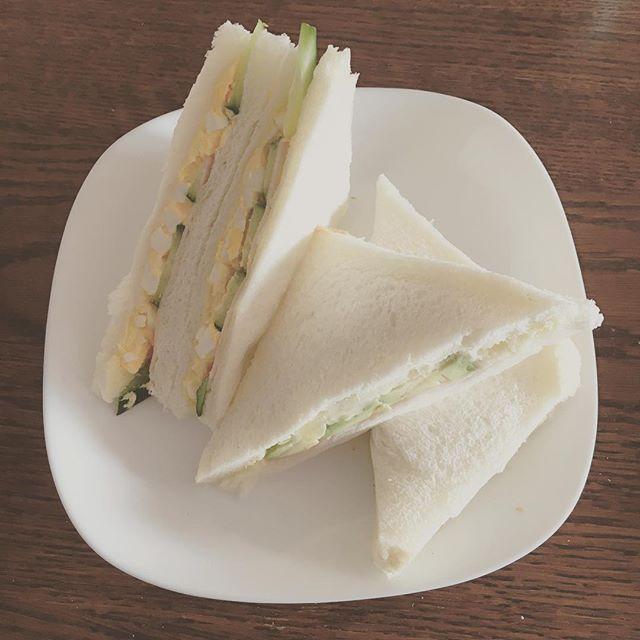 tomo_9412朝作ったサンドイッチ 休みの日しかできない手作りごはん☀️ 卵ハムきゅうりサンドとポテトハムアボカドサンドの2種類 #朝から手作り #珍しく #姉と一緒にプチ言い合いしながら笑 #サンドイッチ #自分で作るとおいしい #トマト嫌いやから1人だけトマト抜き #でもトマトの色合いは大事 #写真やとコンビニのサンドイッチ並べたみたいw #レタスも入れるん忘れてたw #手作り #ランチ #おうちごはん #lunch #昼ごはん #おいしい