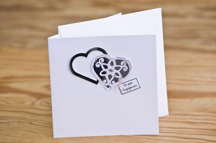 """Handgefertigte Glückwunschkarte zur Verlobung. Simply Special Handmade Cards wurde 2005 von Shirley Hunter gegründet und bereits im darauf folgenden Jahr auf der """"Showcase Ireland"""", der führenden Messe für Kunsthandwerk und Design für ihre Qualität und Innovation ausgezeichnet. Viele weitere Preise folgten. Jede Karte wird von Shirley und ihrem Team im County Tyrone entwickelt und von Hand gefertigt. Schenken Sie eine Grußkarte, die garantiert einmalig ist."""