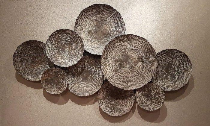 Wanddecoratie modern metaal. Deze moderne metalen wanddecoratie is maar liefst 115 cm. breed, 68 cm. hoog en 7 cm. diep. Achterkant voorzien van 2 ophangoogjes. De kleur is een combinatie van bruin, grijs en een vleugje goud.