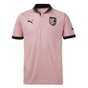 The pink color has been a historical color for US Palermo Calcio. Pick up your Puma US Palmero Calcio home kit today! soccercorner.com
