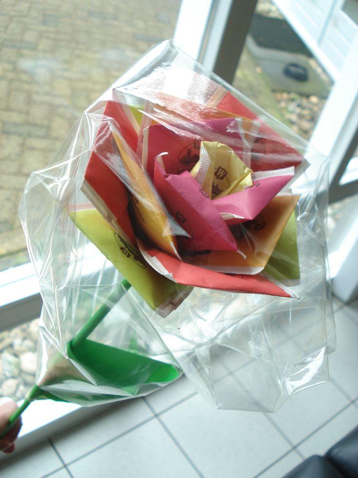 Theeroos! Gemaakt van een stokje omwikkelt met papier en theezakjes. - Je maakt de zakjes vast met stevig dubbelzijdig plakband. Soms nog een extra plakbandje er om heen. Als laatste het stokje met gekleurd papier omwikkelen en een 'blad' er aan maken.