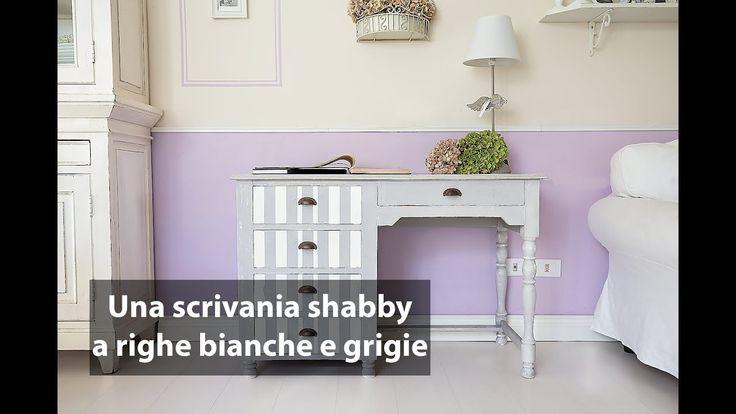 Una scrivania shabby a righe bianche e grigie