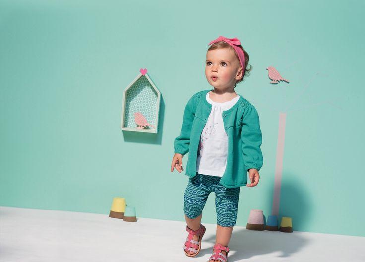 Tenue pour petite fille : cardigan aqua à fleurs brodées, tee-shirt blanc imprimé oiseaux, legging court bleu et vert en jersey stretch, sandalettes roses et bandeau rose pour les cheveux #mode #bebe #fille #naissance #mixte #hiver #ete
