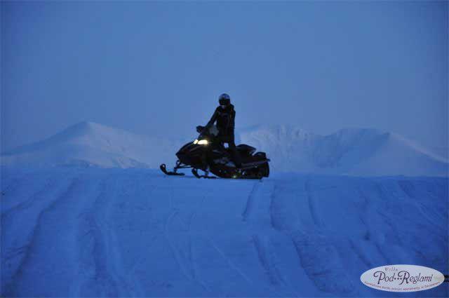 Safari śnieżne na skuterze po zmroku w górach