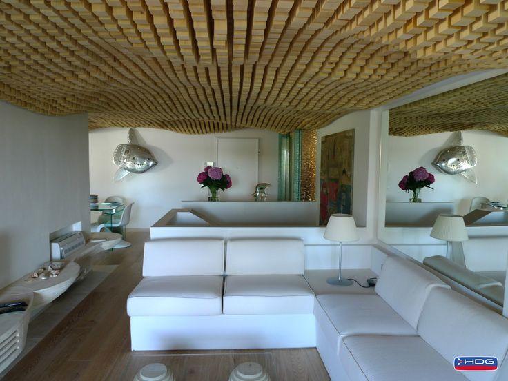 In questa casa il soffitto in legno richiama il movimento dellacqua ...