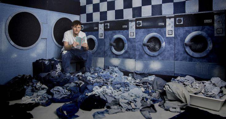 Ian Berry gebruikt Denim Jeans om zijn kunst te maken in plaats van de conventionele verfkwast en het canvas: Art in Jeans.