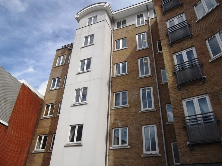 Monthly Rental Of £860  2 Bedroom Upper Floor Flat Flat - High Street, Crawley, West Sussex, RH10 1BN Estate Agents