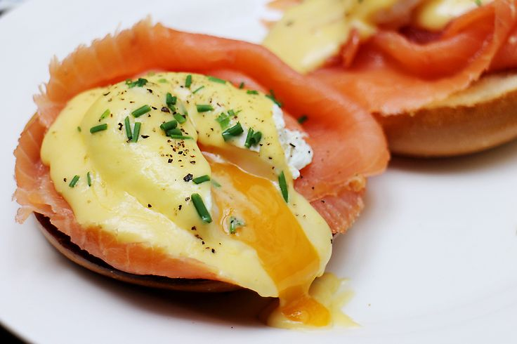 Gerookte zalm, gepocheerd ei & Hollandaisesaus op zuurdesemtoast: een perfect ontbijt, lunch of brunch gerecht dat…